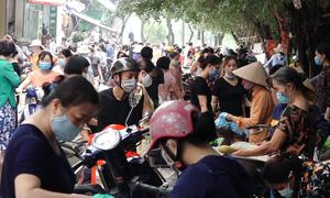 Nhiều chợ đông đúc trong ngày đầu giãn cách