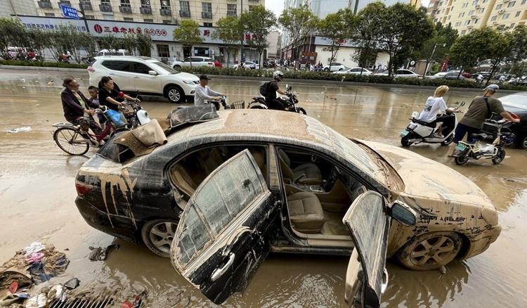 Một chiếc xe dính đầy bùn đất được trục vớt khỏi đường hầm. Ảnh: SCMP.