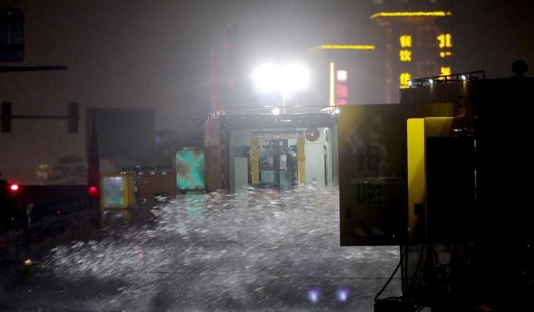 Nước được bơm khỏi đường hầm Jingguang tối 23/7. Ảnh: SCMP.