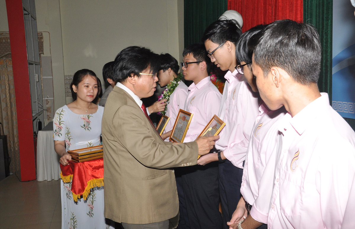 Ông Hà Thanh Quốc, Giám đốc Sở Giáo dục và Đào tạo Quảng Nam khen thưởng học sinh đoạt giải học sinh giỏi quốc gia năm học 2020 - 2021. Ảnh: Đắc Thành.