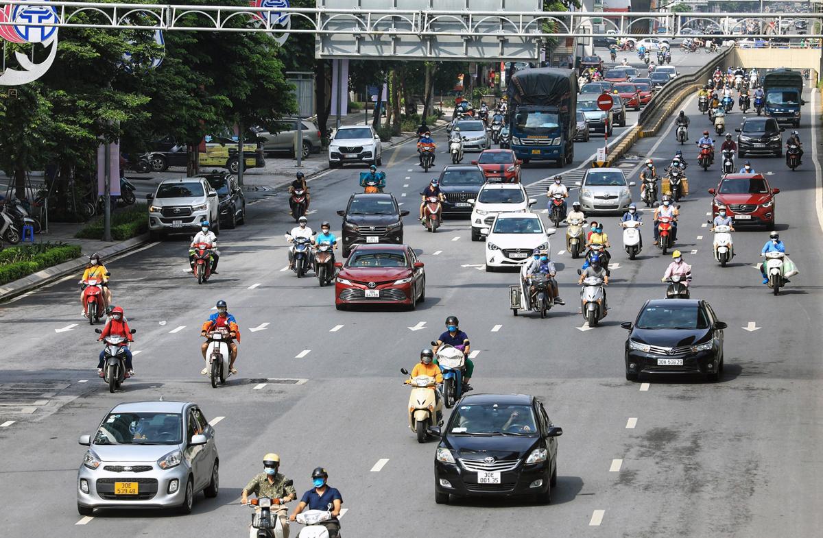 Nhiều phương tiện lưu thông trên đường Nguyễn Trãi lúc 9h ngày 24/7. Ảnh: Giang Huy.