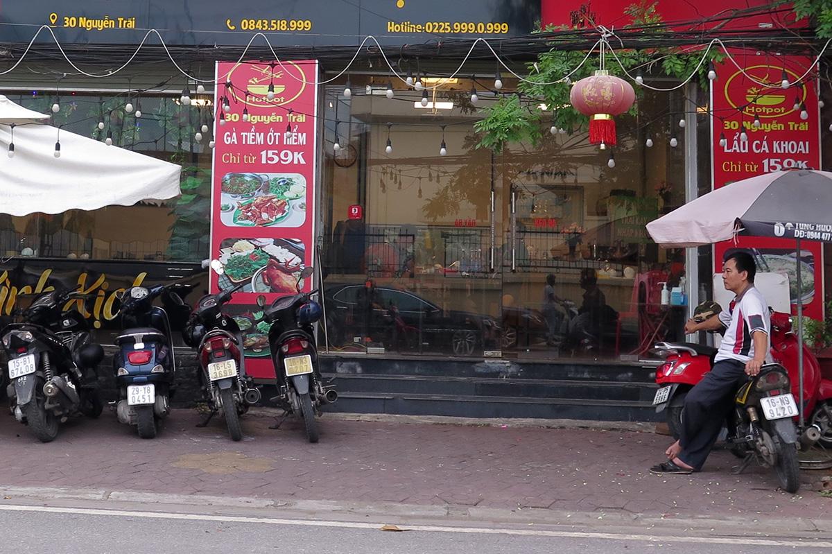 Từ 00h00 ngày 25/7, Hải Phòng yêu cầu các cửa hàng, cơ sở dịch vụ ăn uống tại chỗ dừng hoạt động, chỉ cho phép bán hàng mang về. Ảnh: Giang Chinh