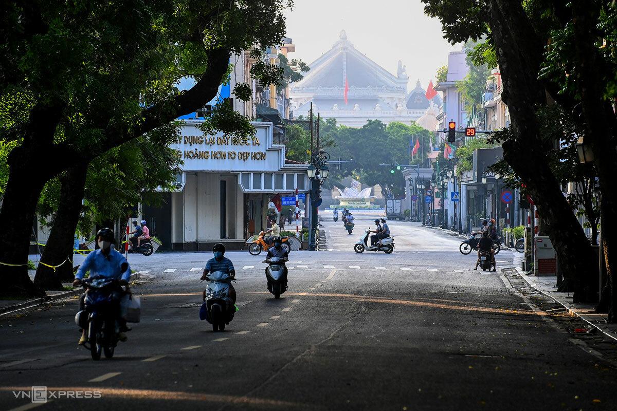 Đường phố trung tâm Hà Nội sáng 24/7 - ngày đầu tiên áp dụng chỉ thị 16 lần thứ hai. Ảnh: Giang Huy
