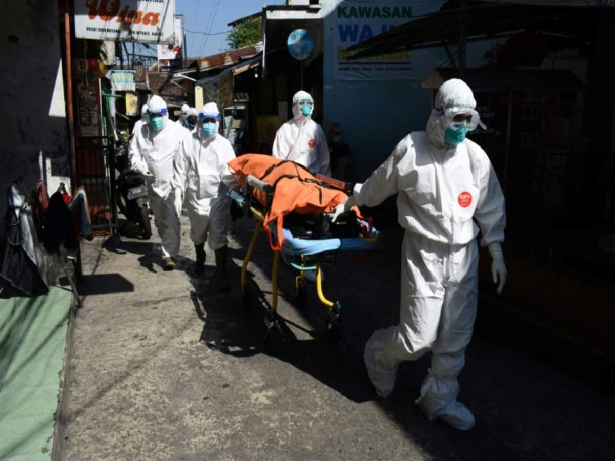 Nhân viên y tế di chuyển thi thể nạn nhân Covid-19 tại Indonesia ngày 18/7. Ảnh: AFP.