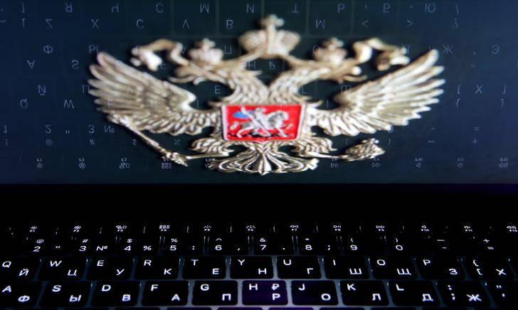 Phù hiệu nước Nga trên màn hình máy tính. Ảnh: Reuters.
