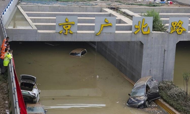 Đường hầm Jingguang ở thành phố Trịnh Châu, tỉnh Hà Nam, Trung Quốc, ngập nước sau trận mưa lớn hôm 20/7. Ảnh: SCMP.
