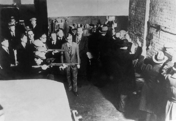 Cuộc mạo danh cảnh sát để trả thù được đàn em của Al Capone thực hiện trong Lễ tình nhân đẫm máu, năm 1929. Ảnh: Mirror