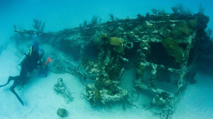 Thợ lặn tiếp cận để phân biệt xác tàu đắm chứ không phải đá ngầm. Ảnh: LookBermuda/Flickr.