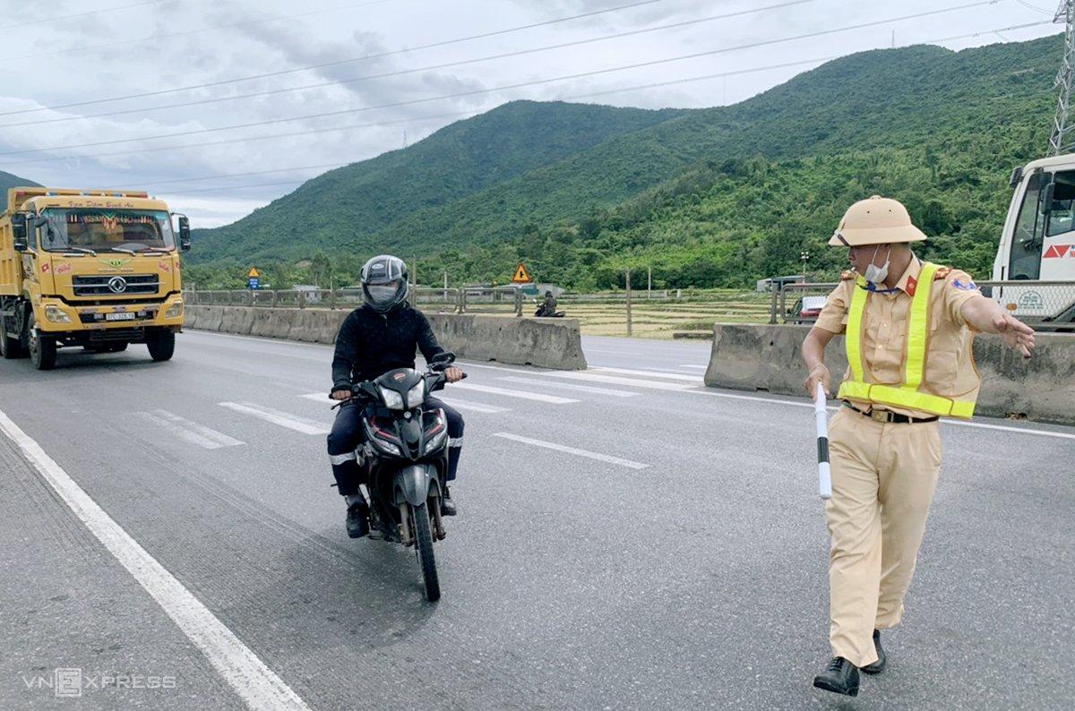 Cảnh sát giao thông Hà Tĩnh dừng xe một người dân về quê. Ảnh: Đức Hùng