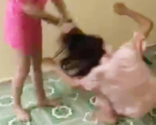 Nạn nhân bị hành hạ trong căn phòng trọ. Ảnh cắt từ clip