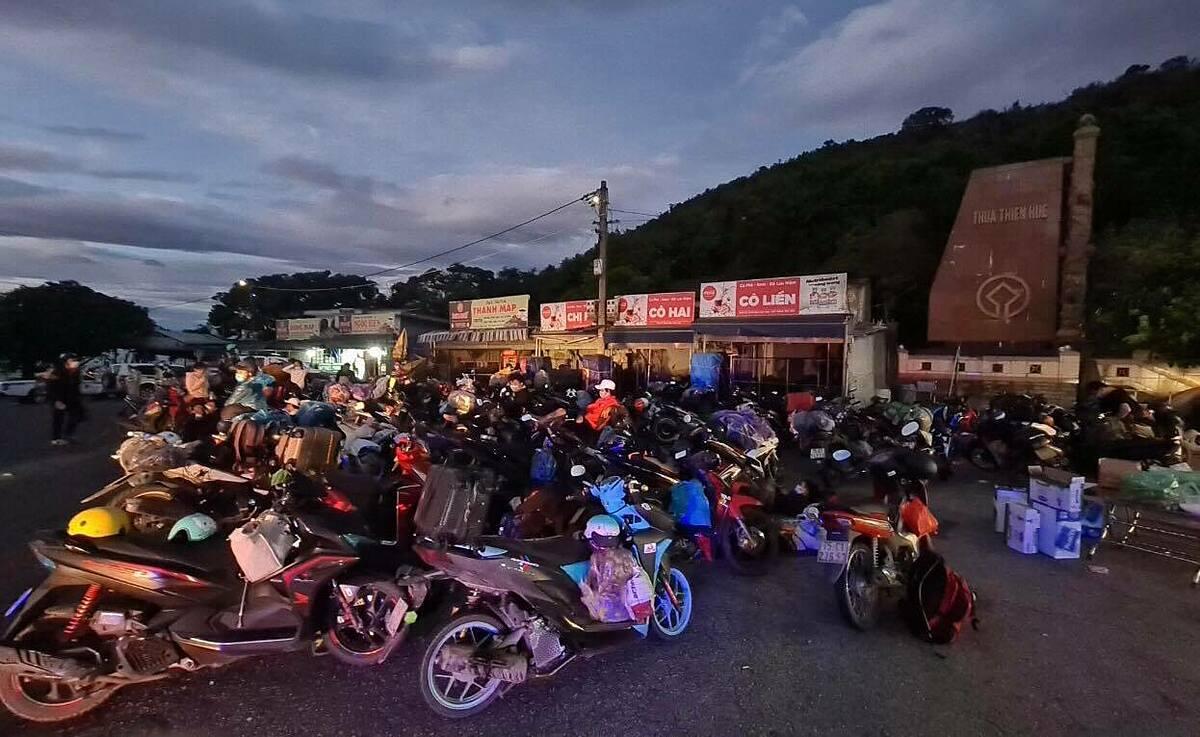Hàng trăm người dân các tỉnh miền Trung chạy xe máy từ Sài Gòn về, tập trung trên đèo Hải Vân, Thừa Thiên Huế, sáng 25/7. Ảnh: Võ Thạnh