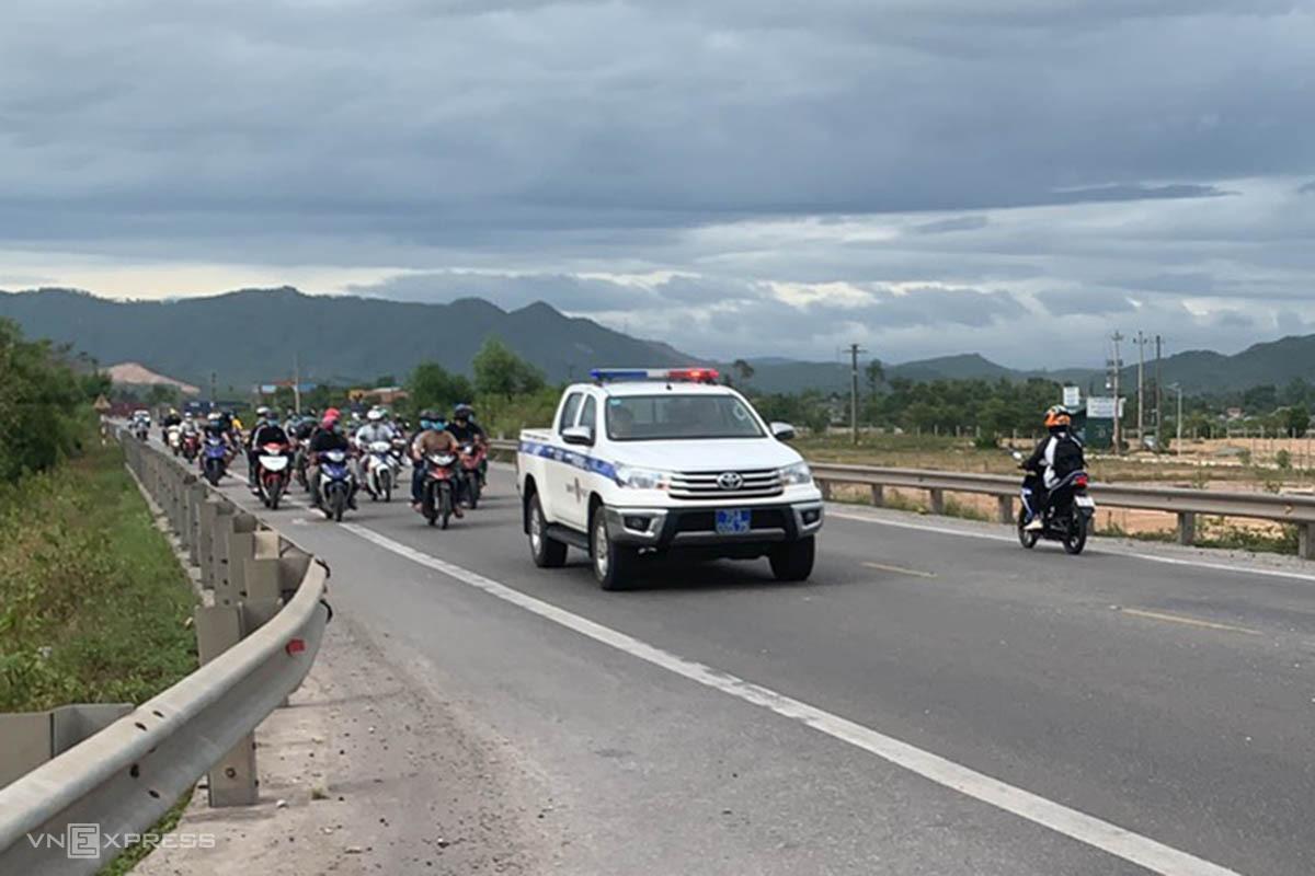 Cảnh sát giao thông Thừa Thiên Huế dẫn đường cho đoàn xe máy về quê. Ảnh: Hồng Trần