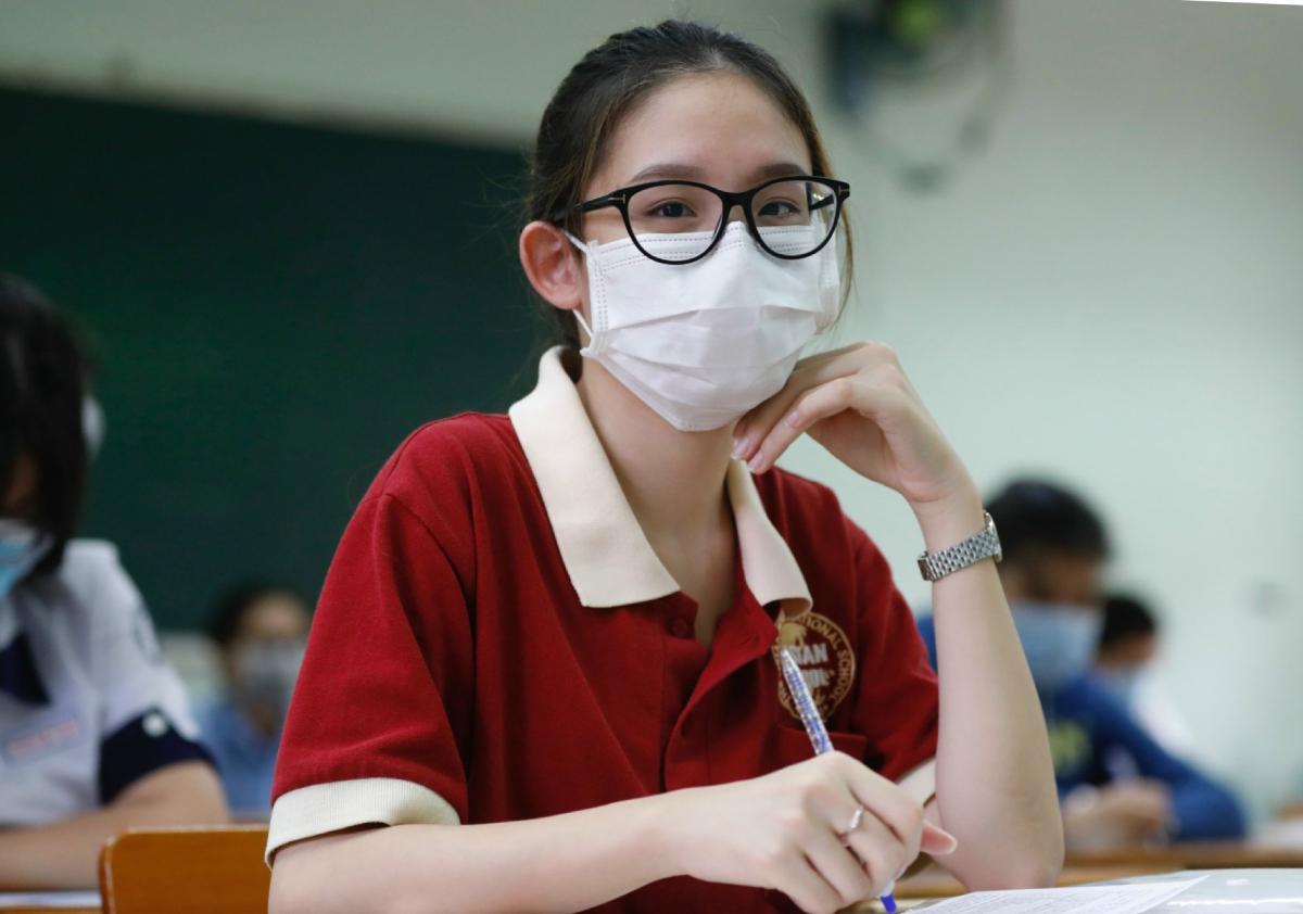 Nữ sinh TP HCM tham dự kỳ thi tốt nghiệp THPT hôm 8/7. Ảnh: Hữu Khoa.