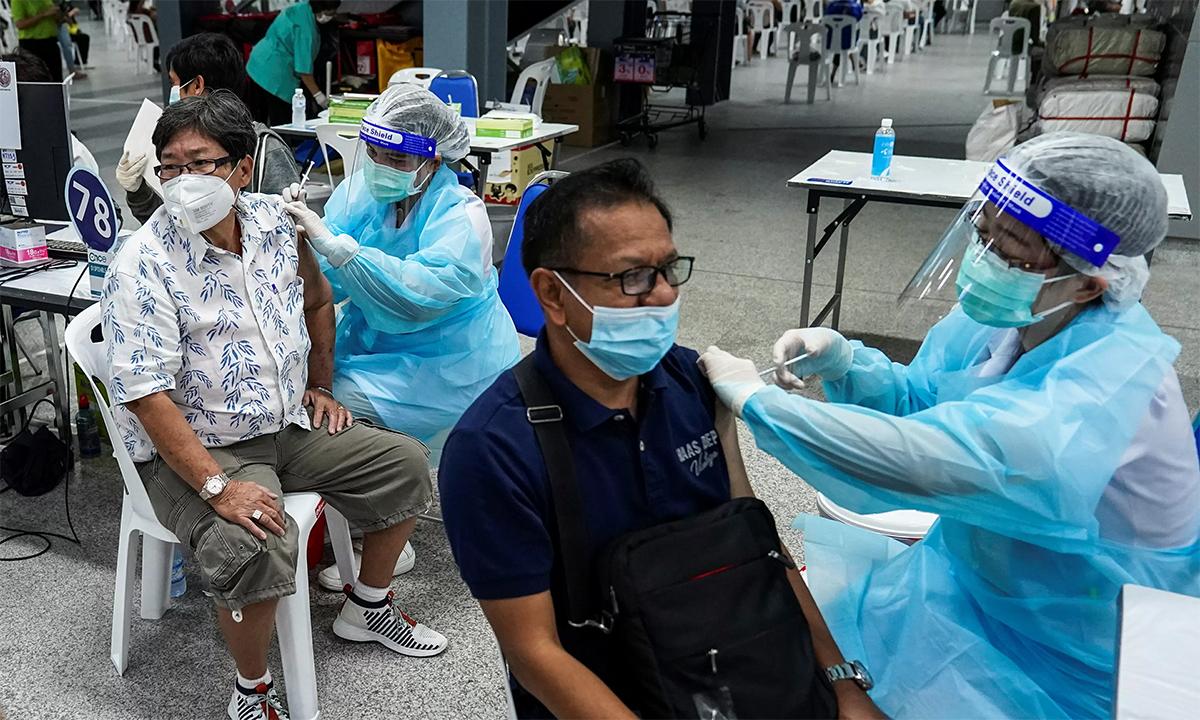 Nhân viên y tế Thái Lan tiêm vaccine cho dân chúng tại một điểm tiêm chủng ở nhà ga Bang Sue của thủ đô Bangkong ngày 21/6. Ảnh: Reuters.