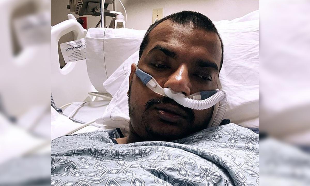 Stephen Harmon nằm trên giường bệnh và đeo ống thở sau khi nhiễm nCoV. Ảnh: nydailynews.