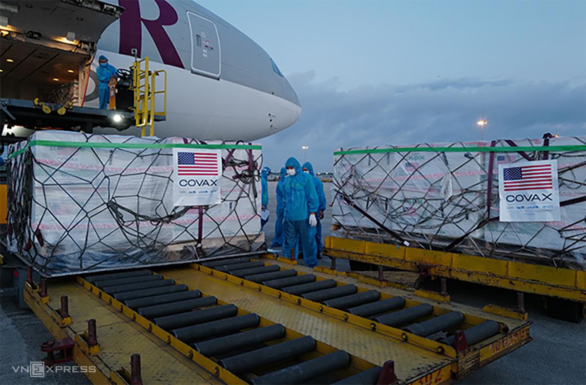 Máy bay chở hơn hai triệu liều vaccnine Moderna do Mỹ hỗ trợ Việt Nam hạ cánh xuống sân bay Nội Bài, Hà Nội ngày 10/7. Ảnh: Ngọc Thành.
