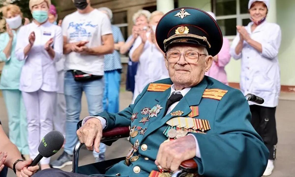 Cựu đại tá 102 tuổi Nikolai Bagayev trả lời phỏng vấn khi ra viện ngày 22/7. Ảnh: Instagram/a.hodirev.