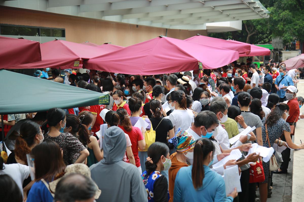 Người dân chen chân đăng ký tiêm vaccine Covid-19 tại Bệnh viện E, Hà Nội, chiều 22/7. Ảnh: Phạm Chiểu