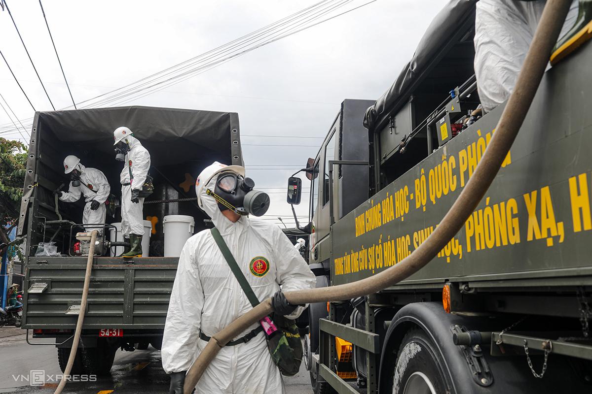 Lực lượng chức năng phun khử khuẩn ở TP HCM. Ảnh: Thành Nguyễn.