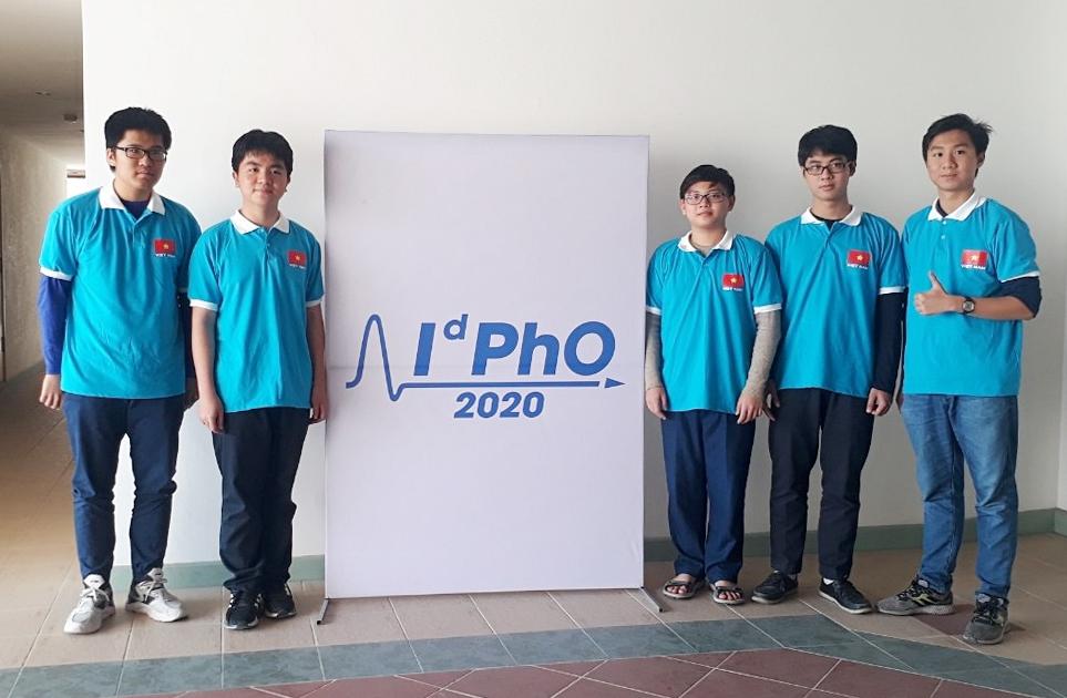Công Minh cùng các bạn trong đội tuyển Việt Nam dự thi IdPhO năm 2020. Ảnh: MOET.