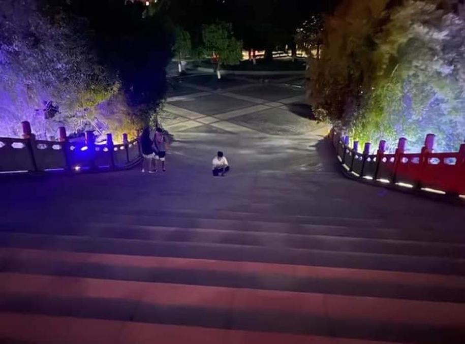 Anh chàng đứng dưới bậc than.
