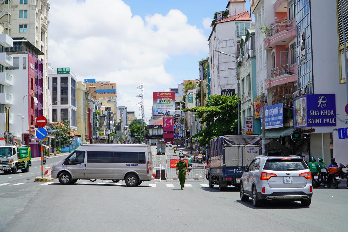 Lực lượng chức năng kiểm soát xe trên đường Điện Biên Phủ, quận 1, chiều 25/7. Ảnh: Gia Minh.