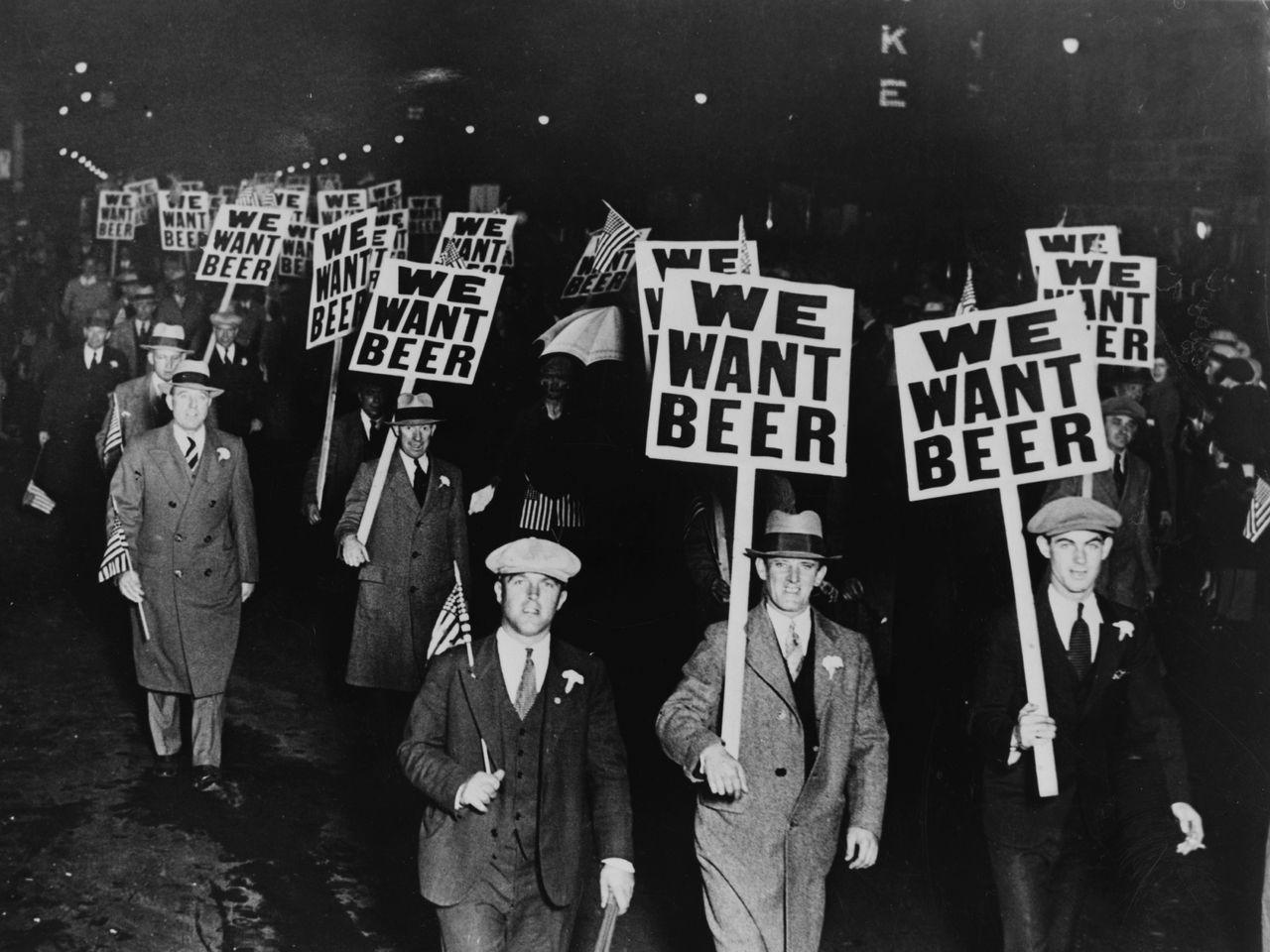 Các thành viên công đoàn diễu hành qua Phố Broad mang theo biển hiệu Chúng tôi muốn có bia để phản đối lệnh cấm, Newark New Jersey, 31/10/1931. Ảnh: Photoquest