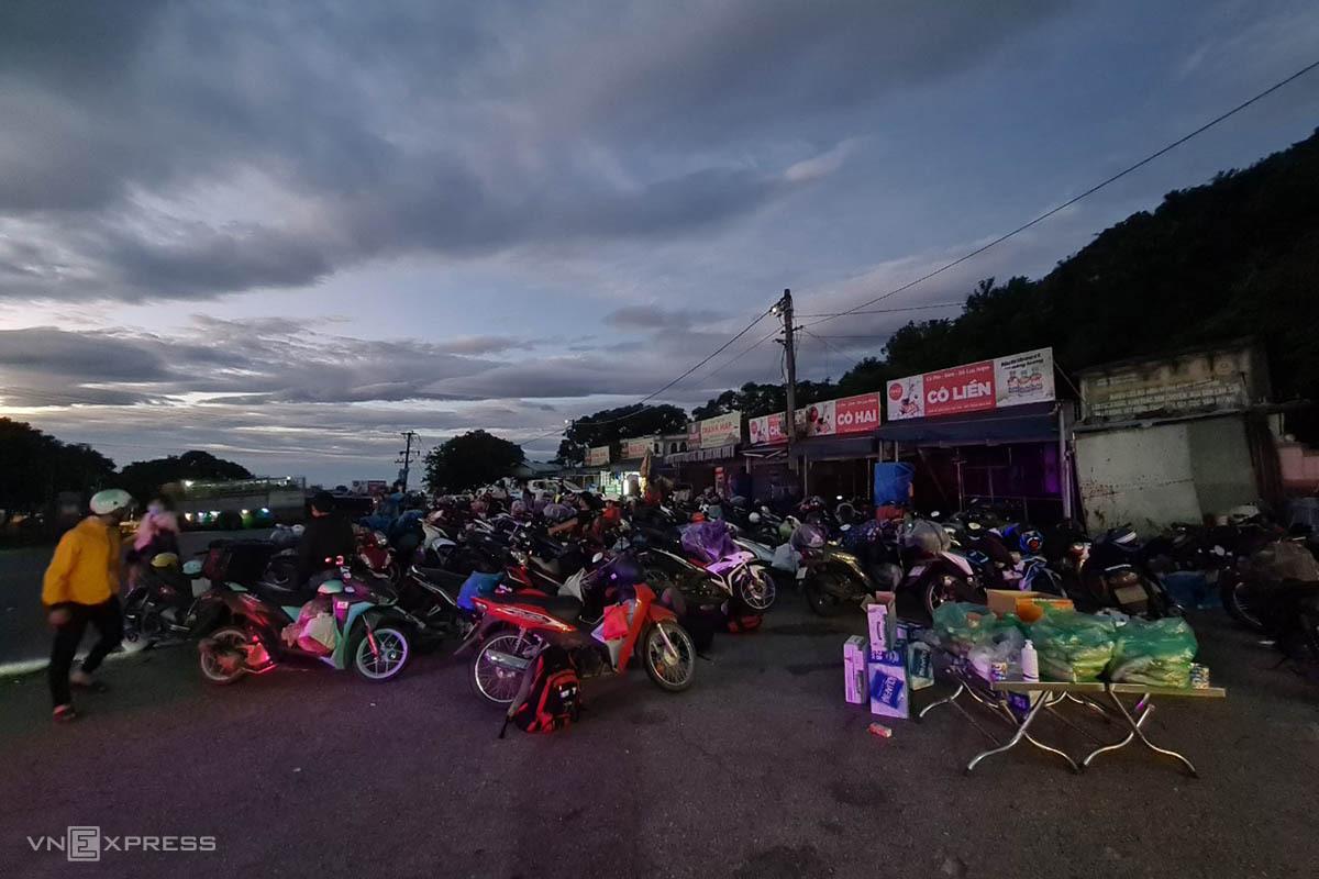 Người dân đi xe máy dừng chân trên đèo Hải Vân. Ảnh: Vạn An