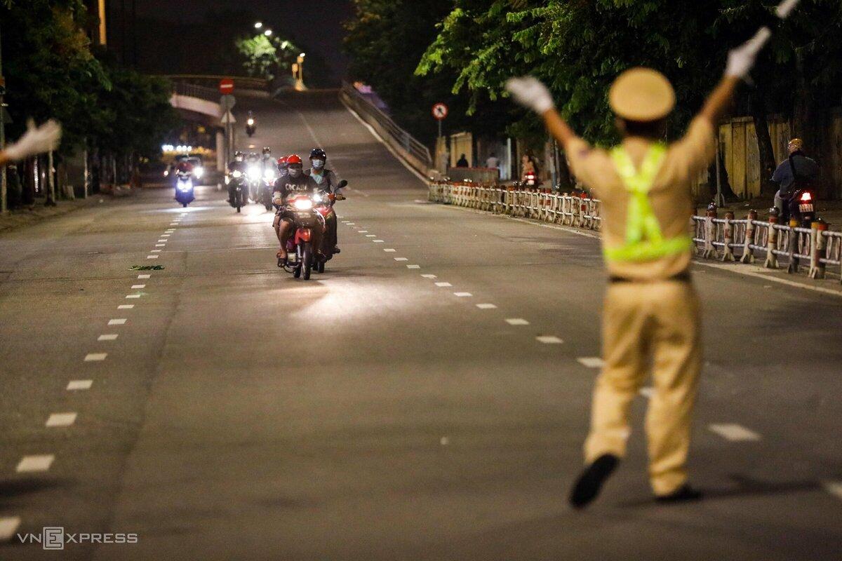 CSGT kiểm tra người đi lại ở chốt kiểm soát trên đường Nguyễn Thái Sơn, quận Gò Vấp, hồi tháng 5/2021. Ảnh: Hữu Khoa.