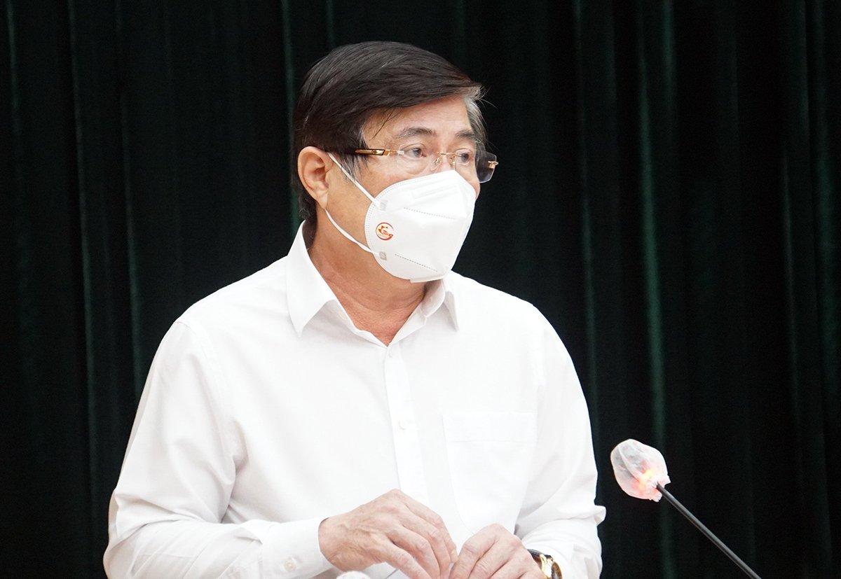 Chủ tịch UBND TP HCM Nguyễn Thành Phong phát biểu tại hội nghị, tối 25/7. Ảnh: Mạnh Tùng.