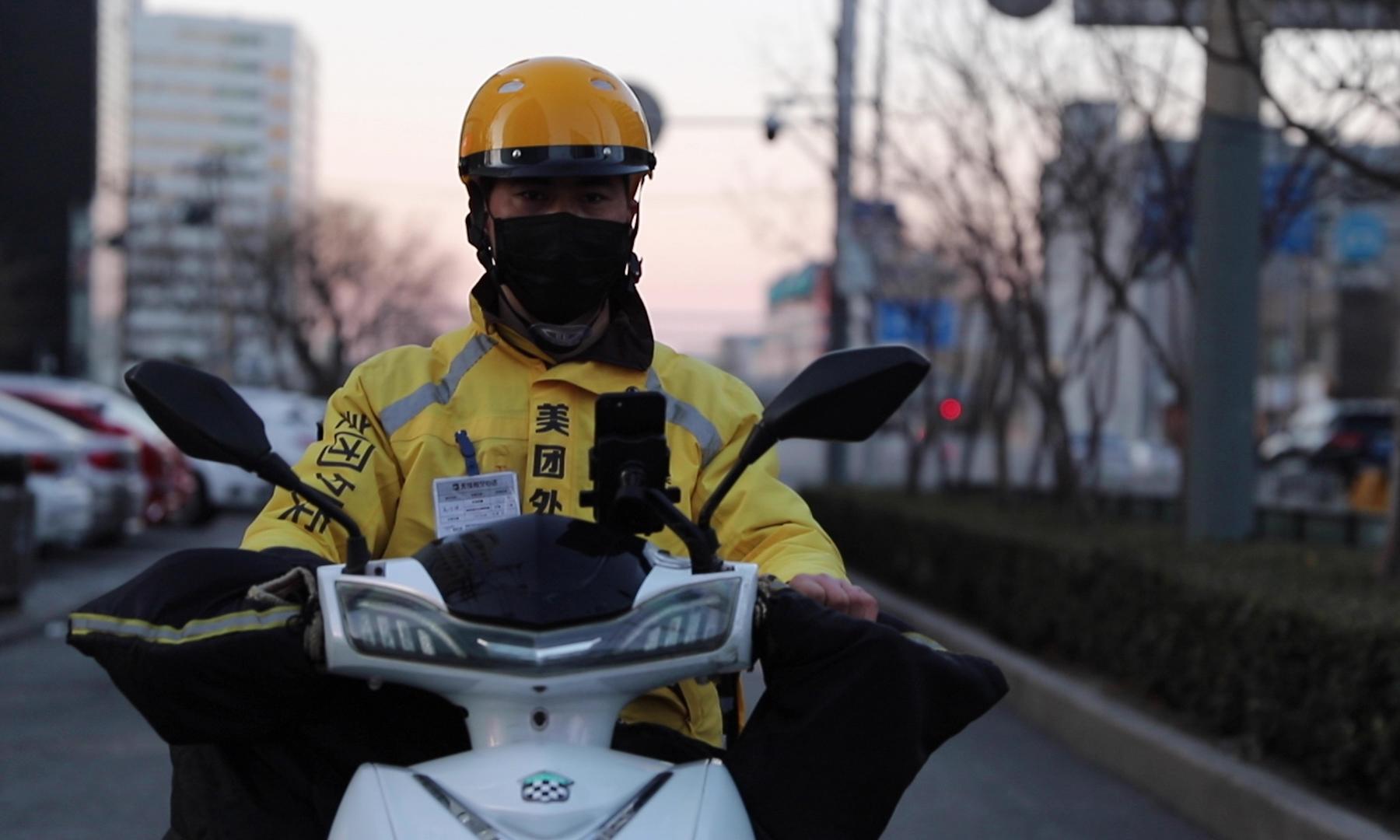 Gao Zhixiao, tài xế giao hàng tại thủ đô Bắc Kinh, Trung Quốc, hồi tháng 3/2020. Ảnh: Time.