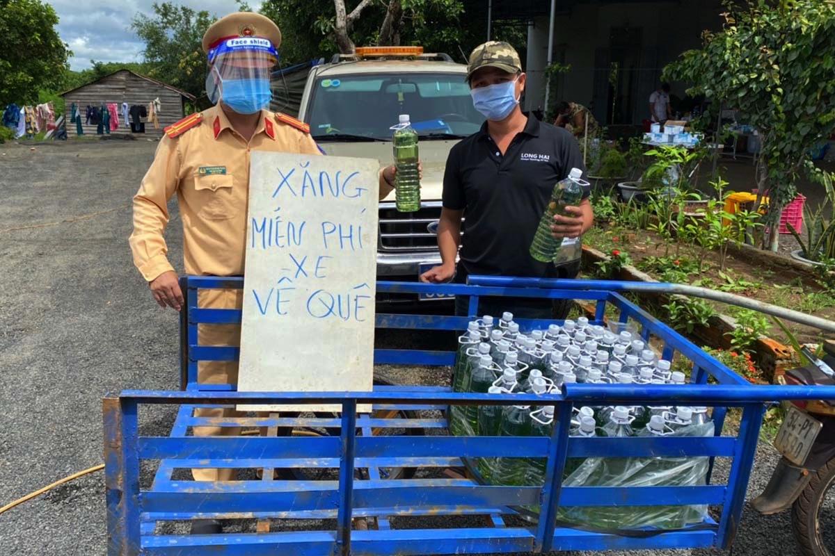 Cảnh sát giao thông tại chốt cầu 110, huyện Chư Pưh, Gia Lai tặng xăng cho người đi đường. Ảnh: Ngọc Oanh