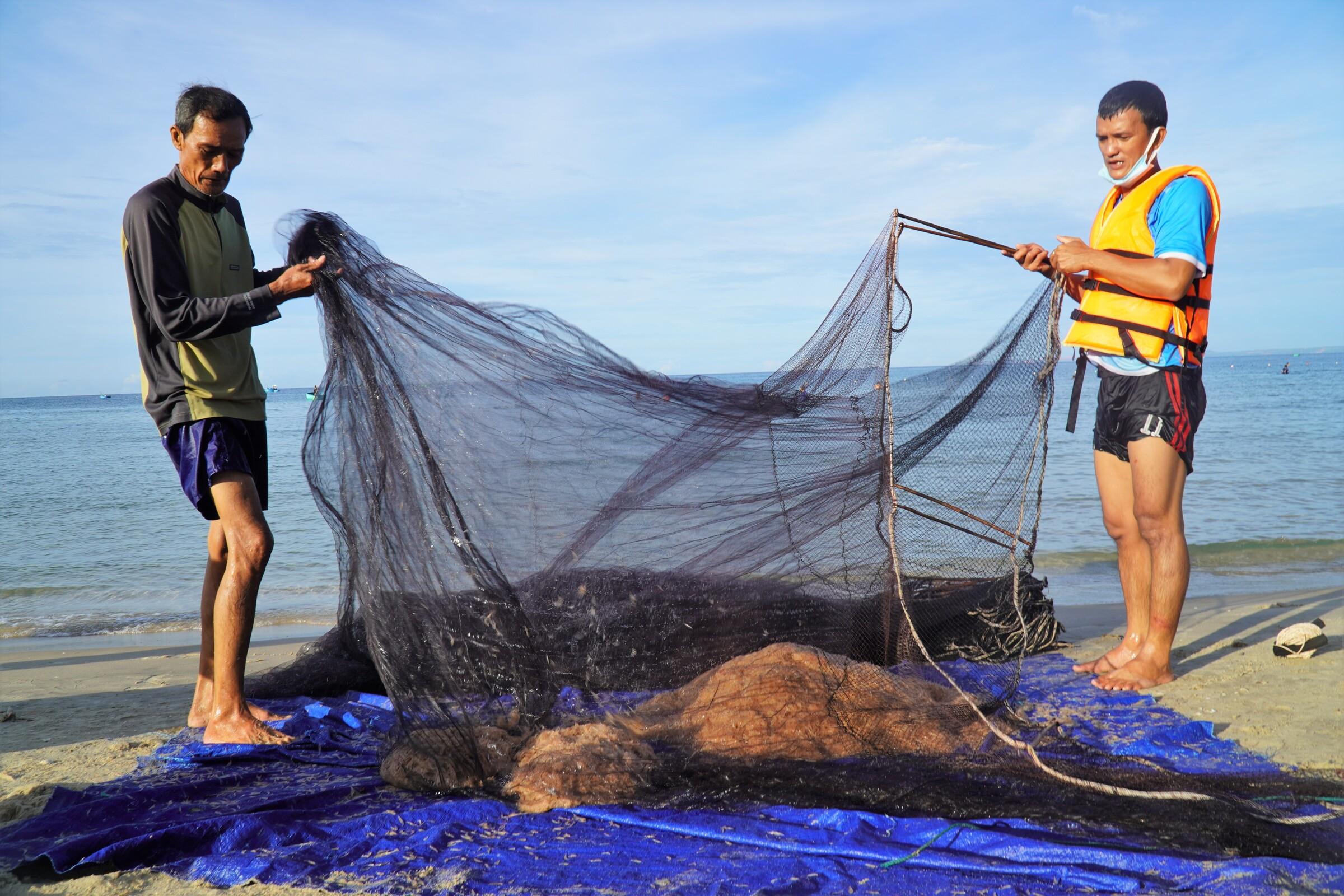 Ngư dân Phan Thiết đánh ruốc ven bờ tại bãi đá Ông Địa. Ảnh: Việt Quốc.