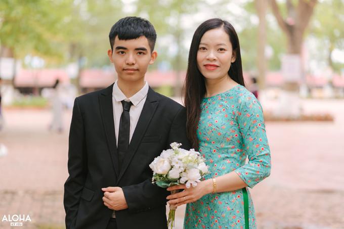 An và cô chủ nhiệm Nguyễn Thị Xuân trong buổi chụp ảnh kỷ yếu ở trường. Ảnh: NVCC.