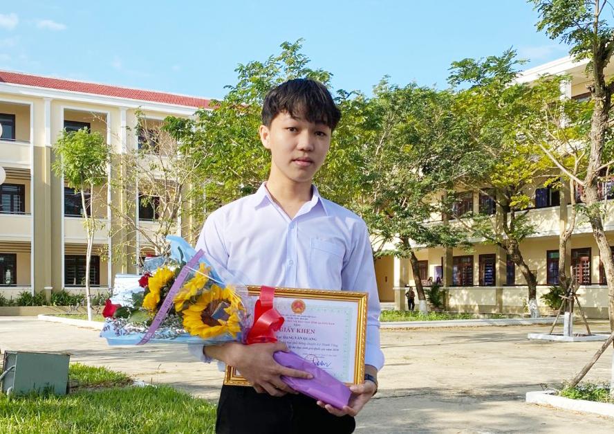 Đặng Văn Quang - một trong ba thí sinh đạt điểm tối đa môn Văn trong kỳ thi tốt nghiệp THPT đợt 1 năm 2021. Ảnh: Nhân vật cung cấp.