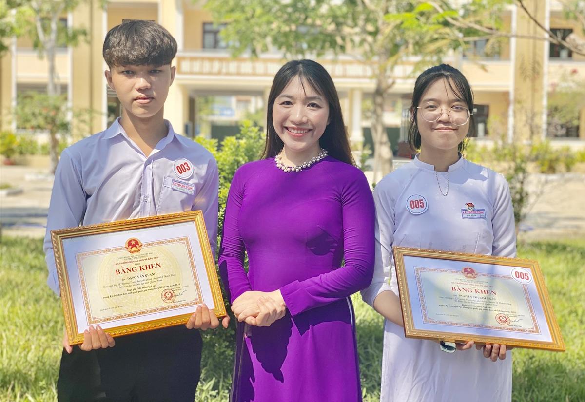 Đặng Văn Quang (trái) cùng cô Văn Phương Trang và bạn học nhận giải giải nhì học sinh giỏi quốc gia năm 2019-2020. Ảnh: Nhân vật cung cấp.