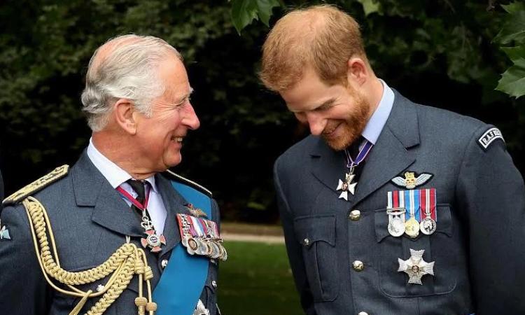 Thái tử Charles (trái) và Harry. Ảnh: ABC.