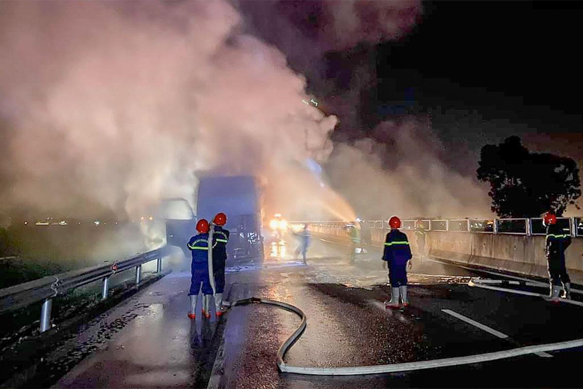 Lính cứu hoả nhanh chóng dập lửa xe đầu kéo. Ảnh: Ngọc Nam.