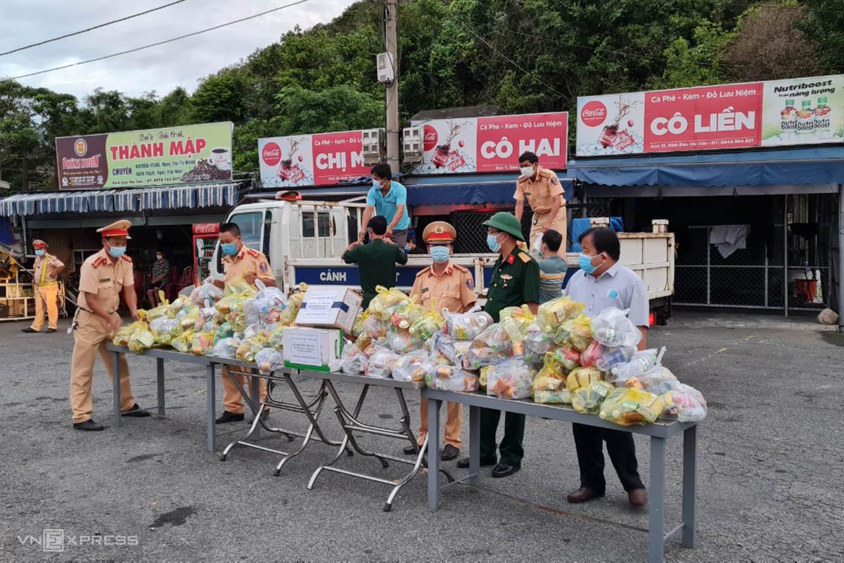 CSGT Thừa Thiên Huế chuẩn bị sẵn quà tặng cho người về từ TP HCM bằng xe máy. Ảnh: Vạn An