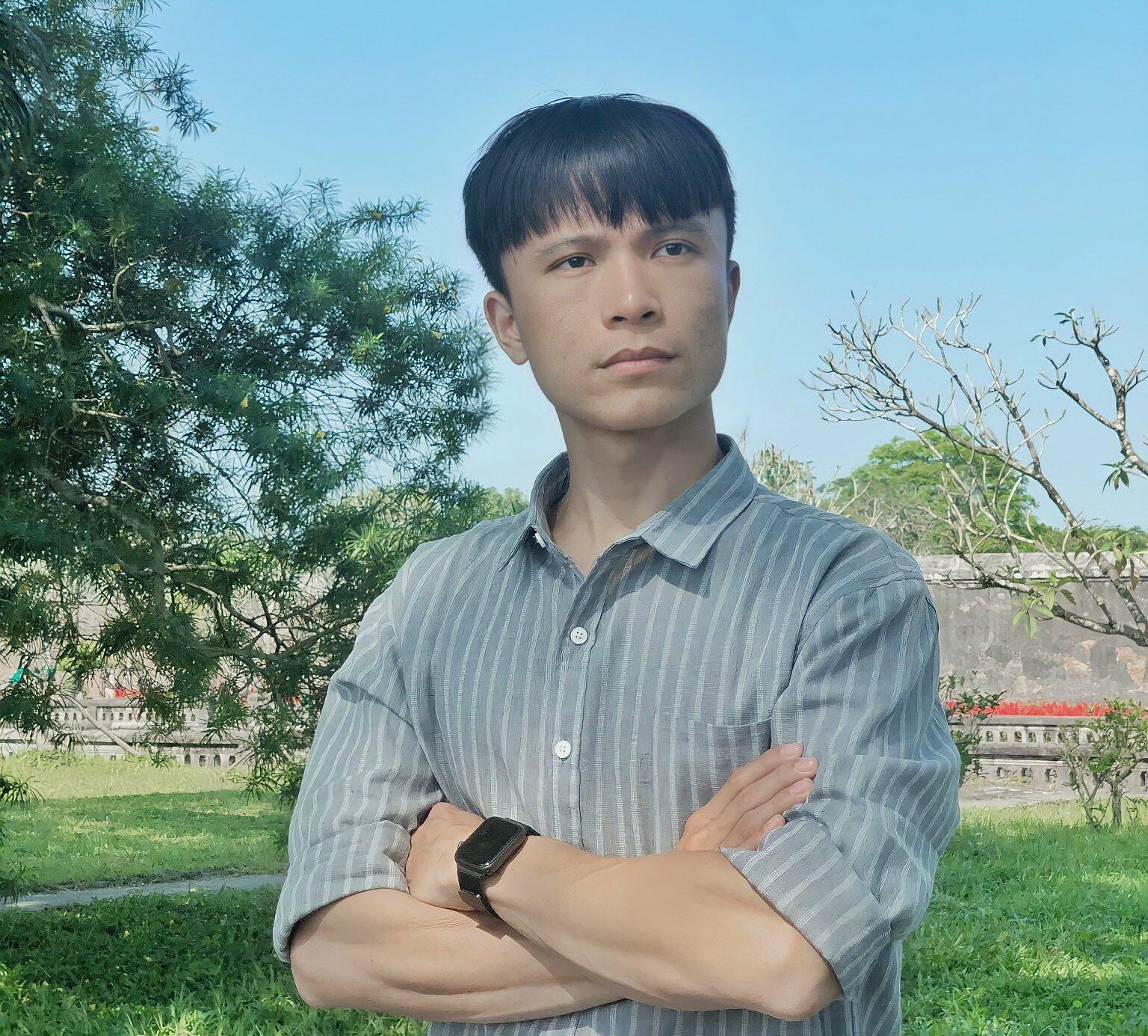 Khởi đầu với học lập trình trực tuyến, sau 4 năm theo ngành công nghệ thông tin, Hoàng Mạnh Tiến nhận mức lương 8 con số, đồng thời thành lập công ty trong lĩnh vực công nghệ.