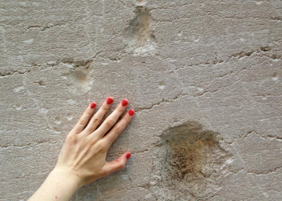 Dấu tích của vụ nổ vẫn có thế thấy trên các bức tường phố Wall. Ảnh: Slate