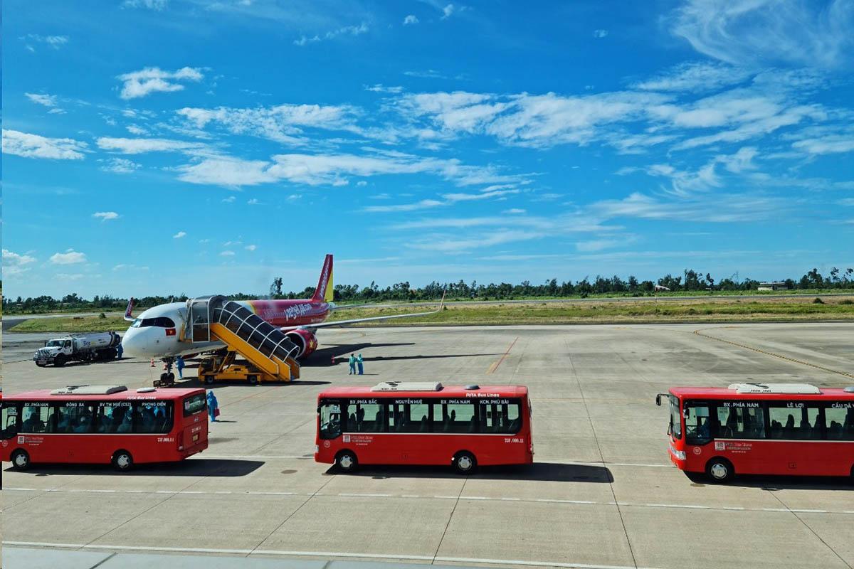 Chuyến bay chở người từ TP HCM hạ cánh xuống sân bay Phú Bài chiều 26/7. Ảnh: Vạn An