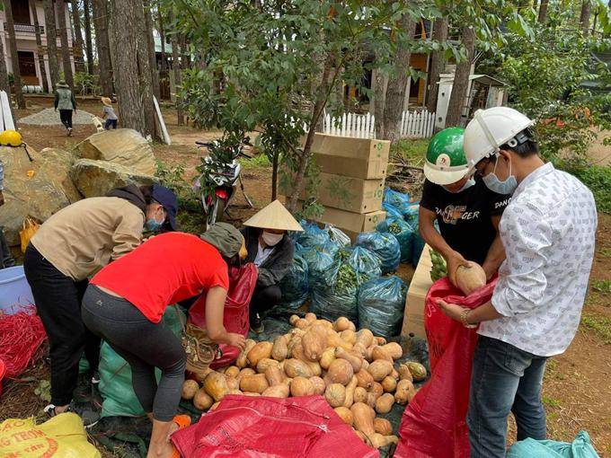 Nông sản và thực phẩm được bà con Kon Tum đưa tới điểm tập kết để Thanh chở về Sài Gòn. Ảnh: NVCC.