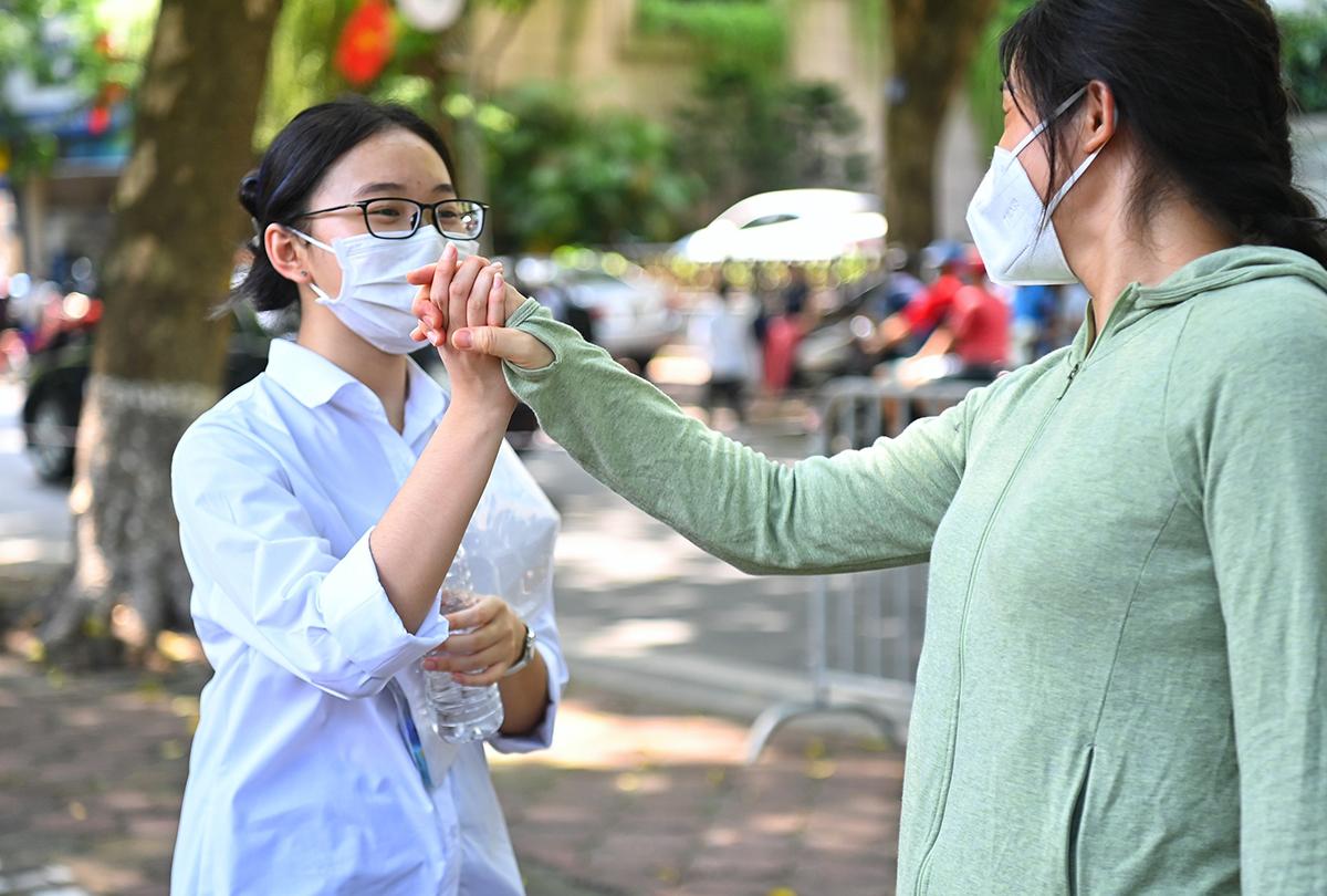 Thí sinh vui mừng khi hoàn thành ngày thi tốt nghiệp THPT đầu tiên hôm 7/7. Ảnh: Giang Huy.
