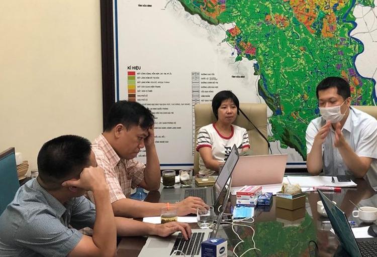 Ông Nguyễn Thế Trung (thứ hai từ trái qua) và nhóm chuyên gia trong Tổ thông tin đáp ứng nhanh đang phân tích dữ liệu. Ảnh: NVCC.