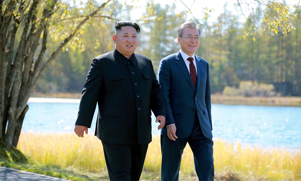 Lãnh đạo Triều Tiên Kim Jong-un (trái) và Tổng thống Hàn Quốc Moon Jae-in (phải) đi dạo sau bữa trưa  tháng 9/2018. Ảnh: KCNA.