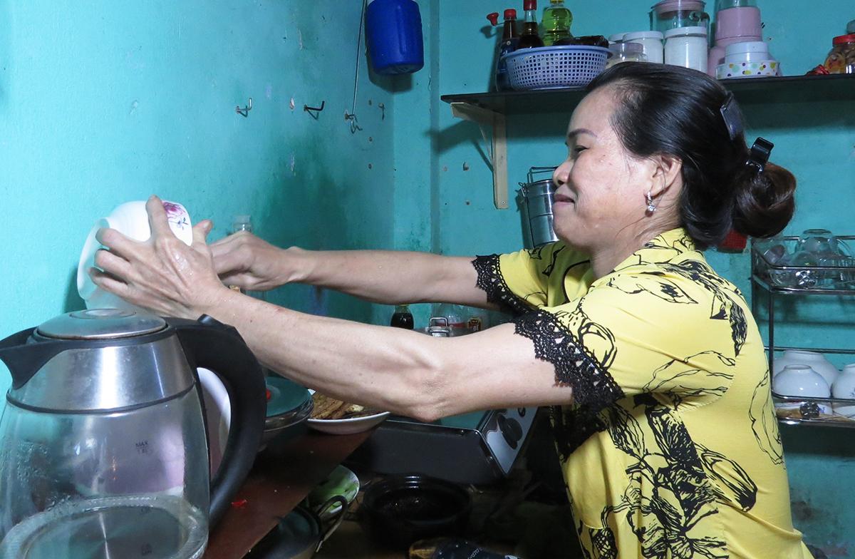 Chị Kim Chi chuẩn bị bữa cơm chiều cho cả nhà. Ảnh: Lê Tuyết.