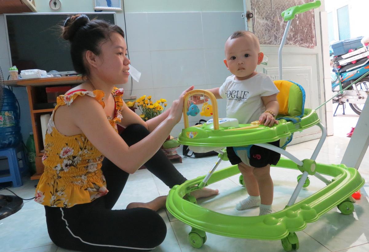 Chị Vi Thị Trang và con gái ở phòng trọ những ngày thành phố giãn cách. Ảnh: Lê Tuyết.