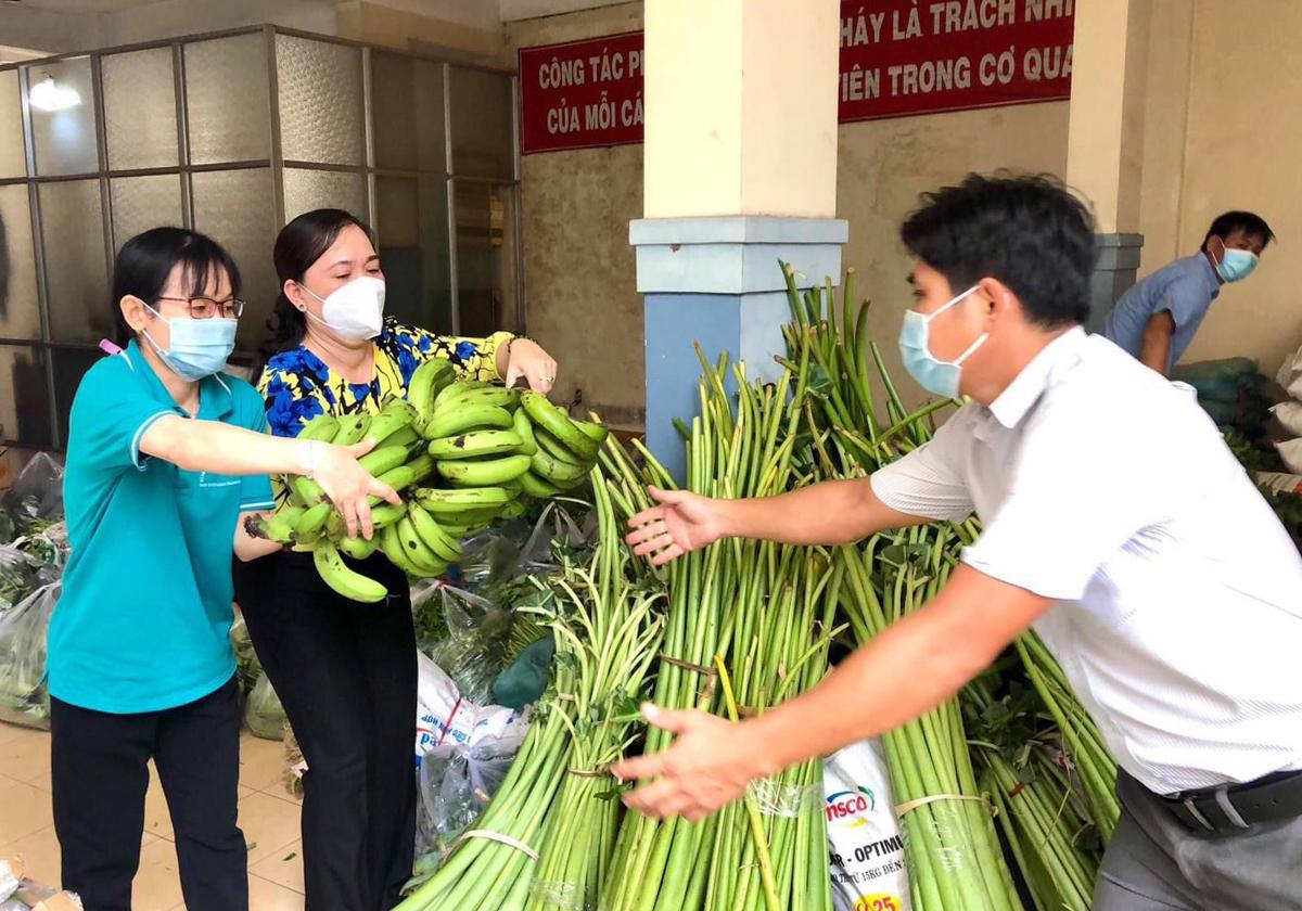 Cán bộ công đoàn tiếp nhận rau củ gửi đến các khu trọ công nhân khó khăn. Ảnh: Thành Chung.