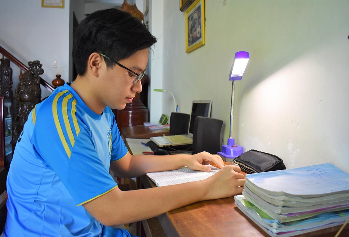 Bùi Quốc Bảo hên góc học tập quen thuộc tại nhà ở TP Nha Trang. Ảnh: Phước An.